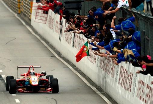 da Costa crosses the line Macau edit.jpg